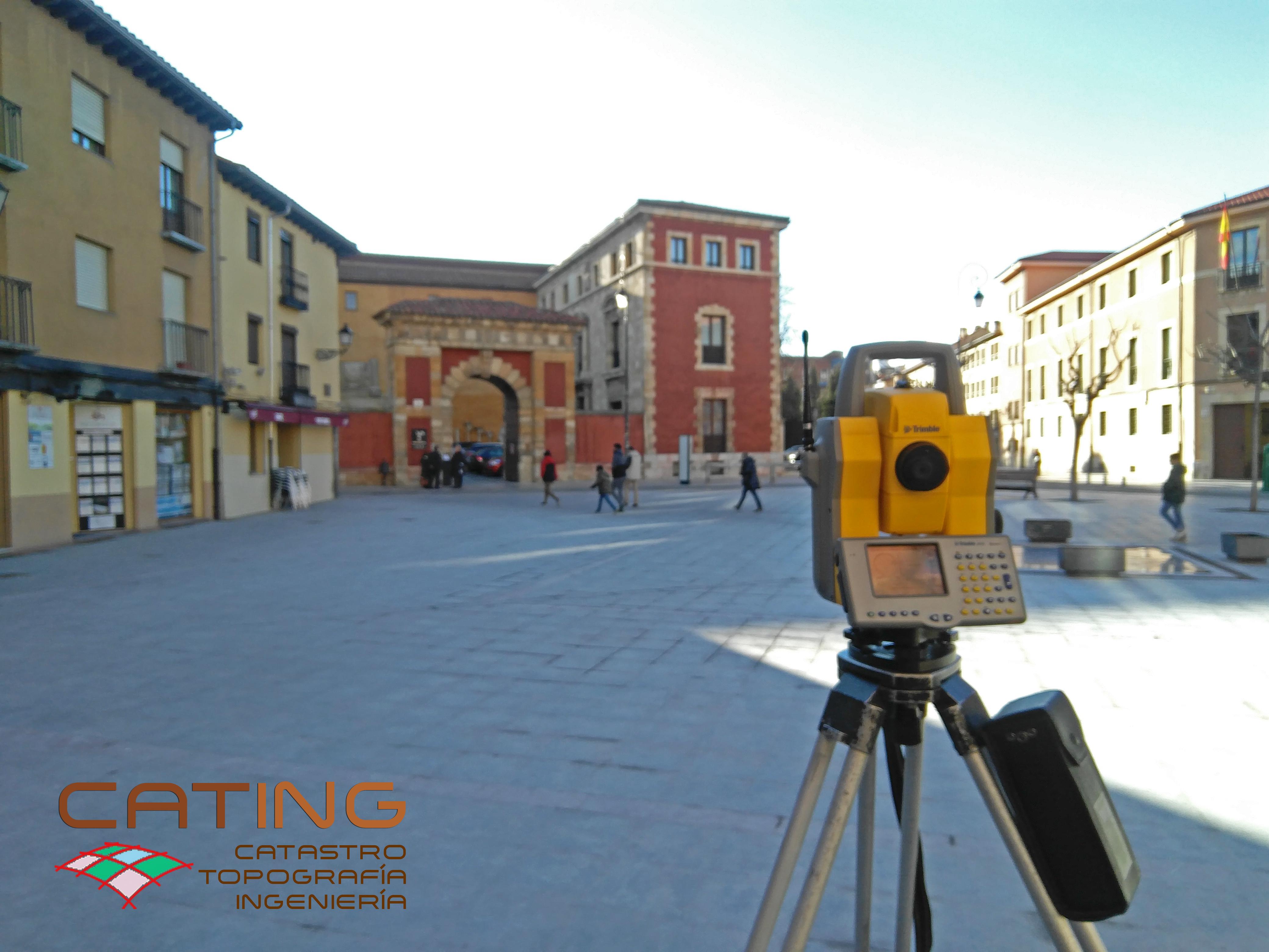Medición topográfica en Plaza de Santo Martino, León.